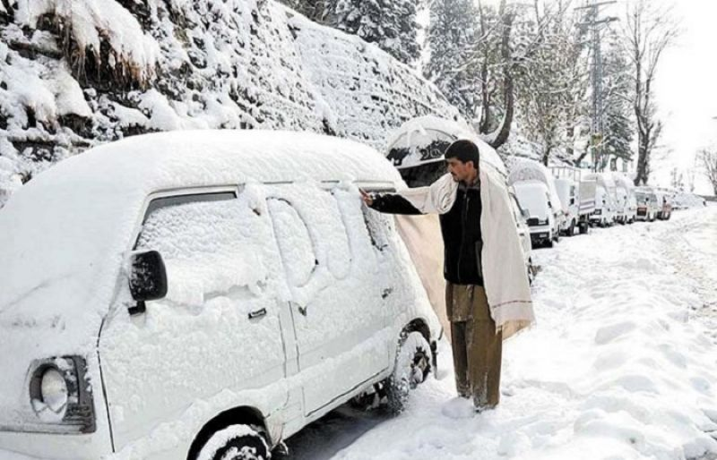 GDA officers engaged in musical programs. Murree Road closed due to snowfall. Tourists are trapped.